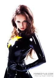 """Riki es una cosplayer canadiense que actualmente vive en EE.UU. donde además se ha desempeñado como técnico en efectos especiales en diversas películas, tal como """"X-Men First Class"""". También es la fundadora de """"Cosplay for a Cause"""", organización que juntó fondos para las víctimas del Tsunami de Japón."""